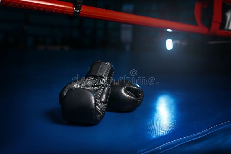 Zwarte handschoenen op de ring, het in dozen doen concept, niemand royalty-vrije stock foto