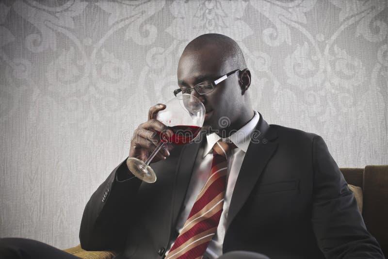 Zwarte het Drinken van de Zakenman Wijn stock foto