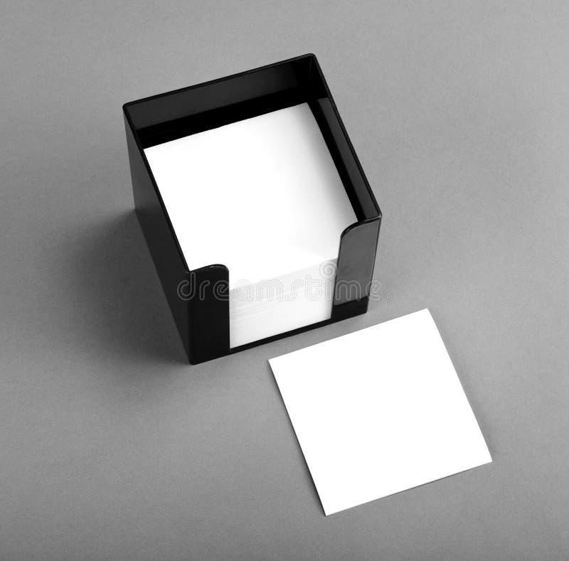 Zwarte het stootkussenhouder van het leermemorandum met leeg wit memorandumdocument royalty-vrije stock afbeeldingen