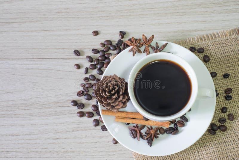 Zwarte hete koffie en koffiebonen stock afbeelding