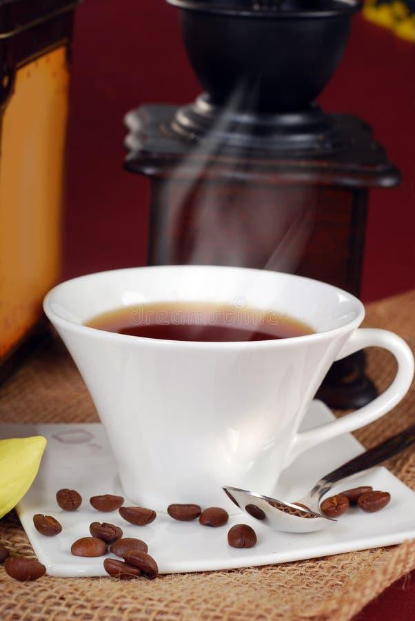 Zwarte hete koffie in witte kop stock afbeeldingen