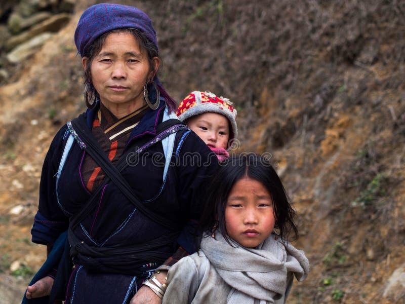 Zwarte Hmong-Vrouw met Haar Kinderen, Sapa, Vietnam stock afbeeldingen
