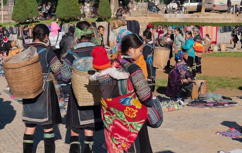 Zwarte Hmong-vrouwen op de markt. Sapa. Vietnam stock foto