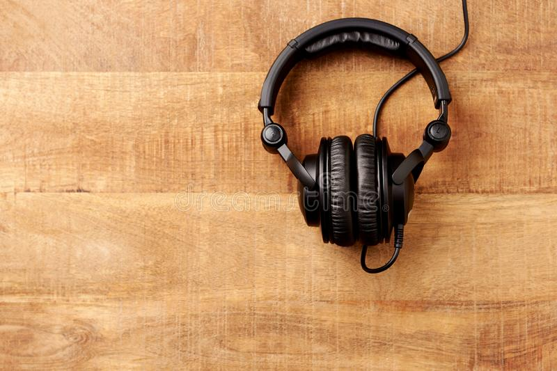 Zwarte hoofdtelefoons op rustieke houten achtergrond royalty-vrije stock fotografie