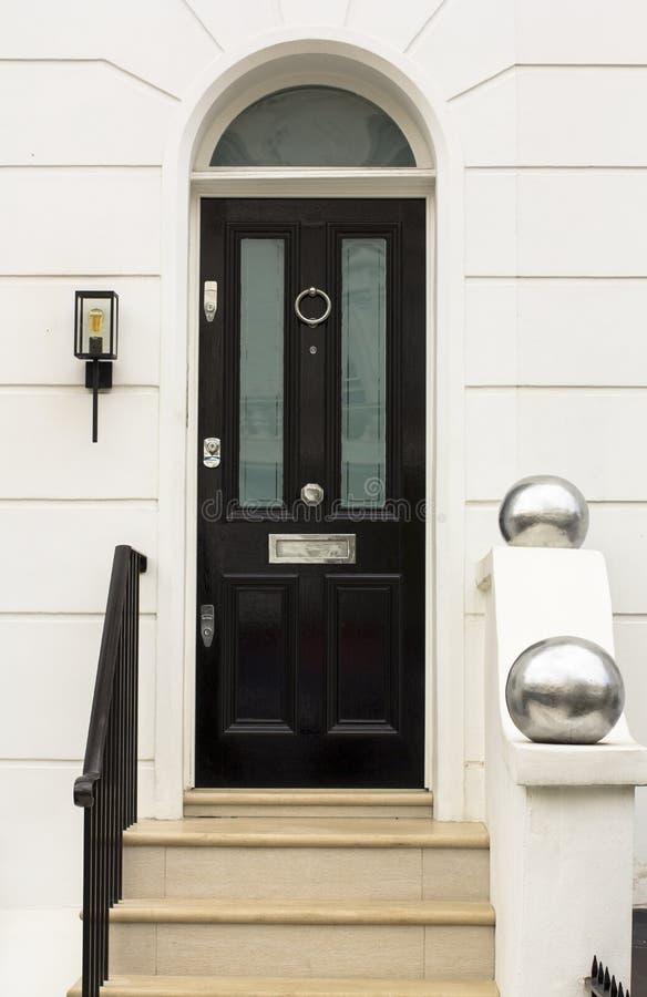 Zwarte Houten Ingangsdeur aan woningbouw in Londen Typische deur in de Engelse stijl royalty-vrije stock afbeelding