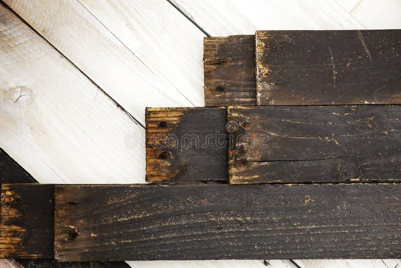 Zwarte houten plank op witte houten textuurachtergrond royalty-vrije stock foto