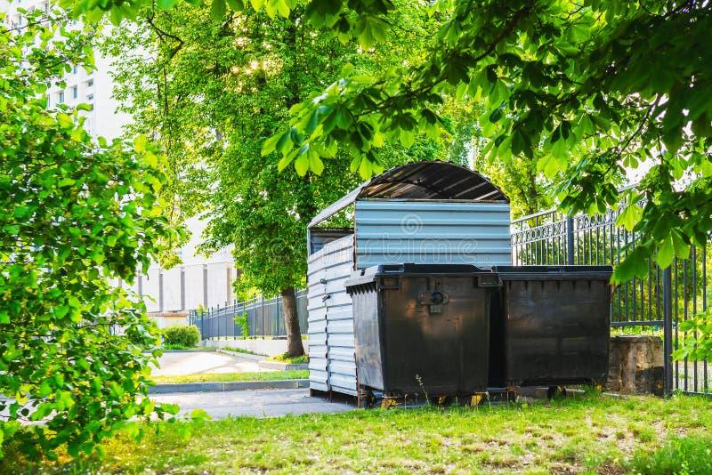 Zwarte huisvuilcontainers royalty-vrije stock fotografie