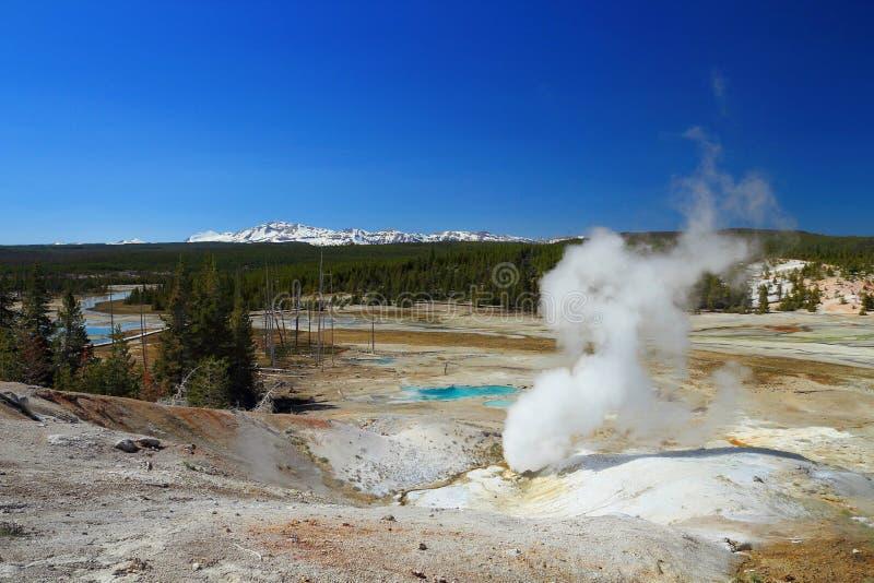Zwarte Ijsschotsopening in Norris Geyser Basin, het Nationale Park van Yellowstone, Wyoming royalty-vrije stock foto