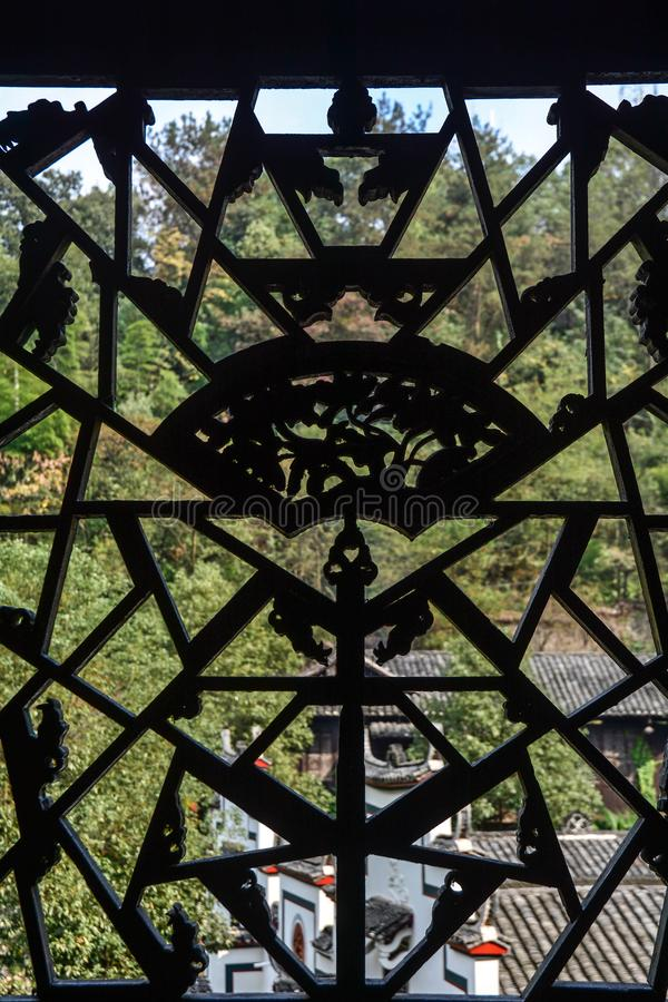 Zwarte ijzergrill met gesmeed patroon op venster royalty-vrije stock afbeeldingen