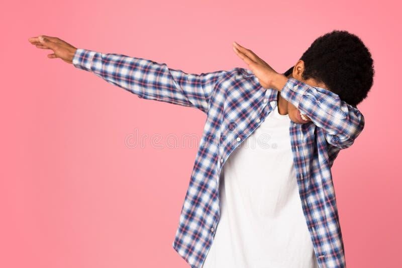 Zwarte kerel die schargebaar op roze studioachtergrond maken royalty-vrije stock afbeeldingen