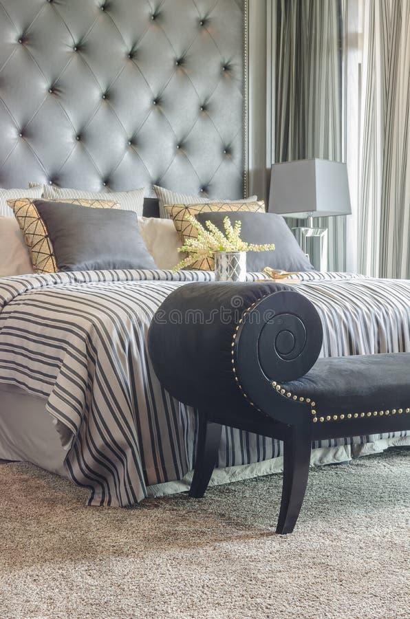 Zwarte klassieke stijlbank met klassiek stijlbed stock afbeelding