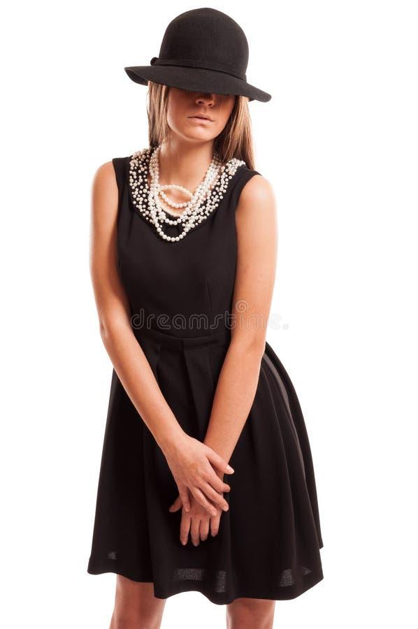 Zwarte kleding, zwarte hoed, witte parels. royalty-vrije stock foto's