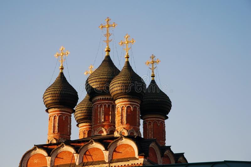 Zwarte koepels van de Orthodoxe Kerk met gouden kruisen royalty-vrije stock fotografie