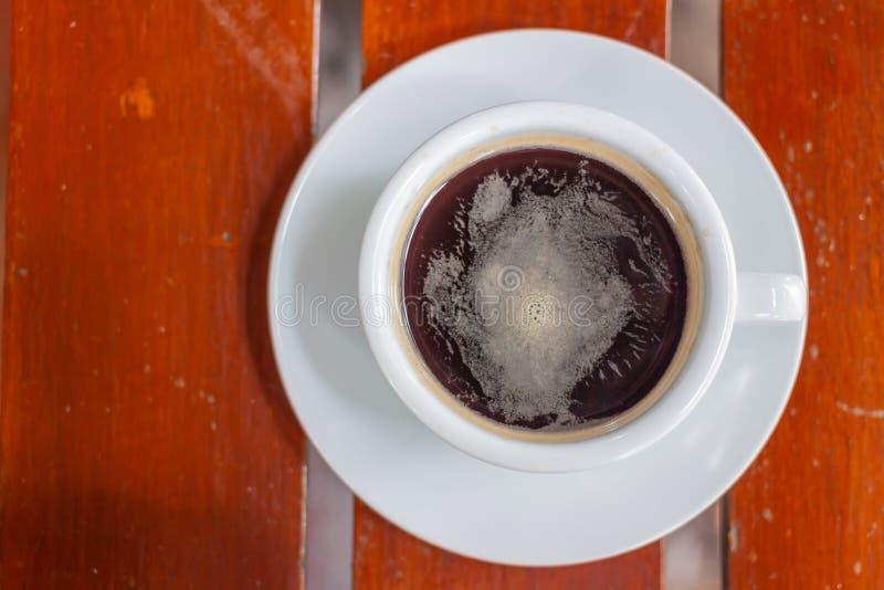 Zwarte Koffie, Amaricano, Witte koffiekop, houten, Hoogste mening als achtergrond stock foto's