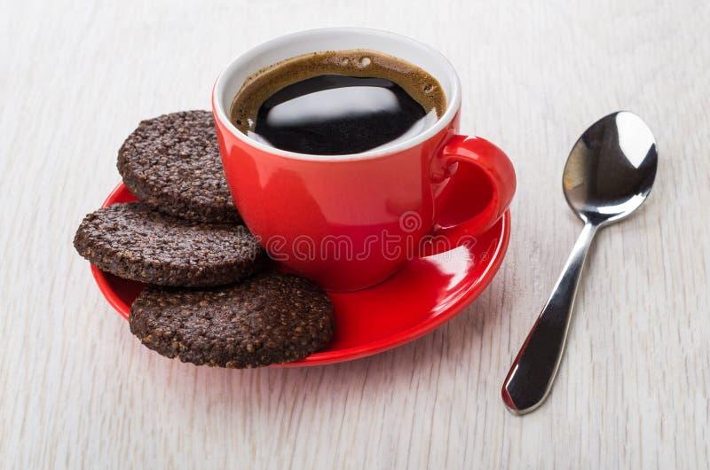 Zwarte koffie, chocoladekoekjes met luchtige rijst op schotel, lepel stock foto's