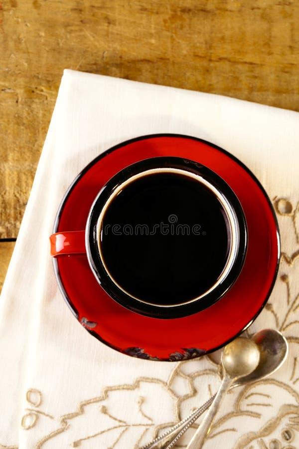 Zwarte koffie, de rode oude zilveren lepels van de emailmok stock afbeeldingen