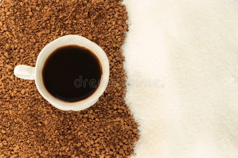 Zwarte koffie in een Kop met gevolg van grondkoffie en suiker De mening vanaf de bovenkant stock foto