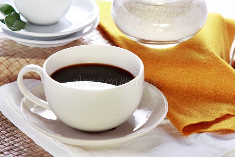 Zwarte koffie in een witte kop stock foto's