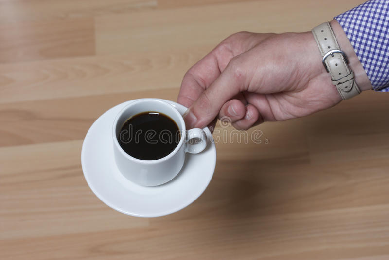 Zwarte koffie in een witte kop en een schotel stock afbeelding