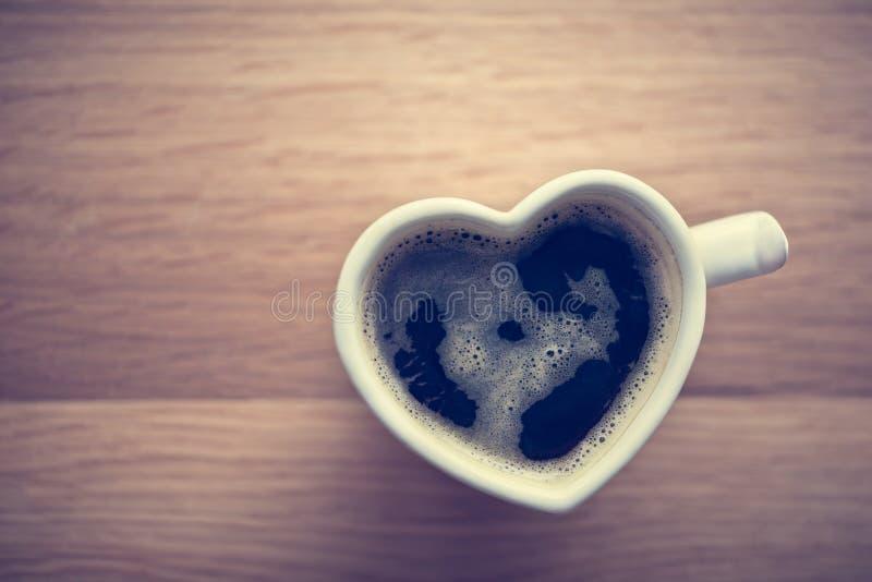 Zwarte koffie, espresso in hart gevormde kop Liefde, de Dag van Valentine, wijnoogst royalty-vrije stock foto