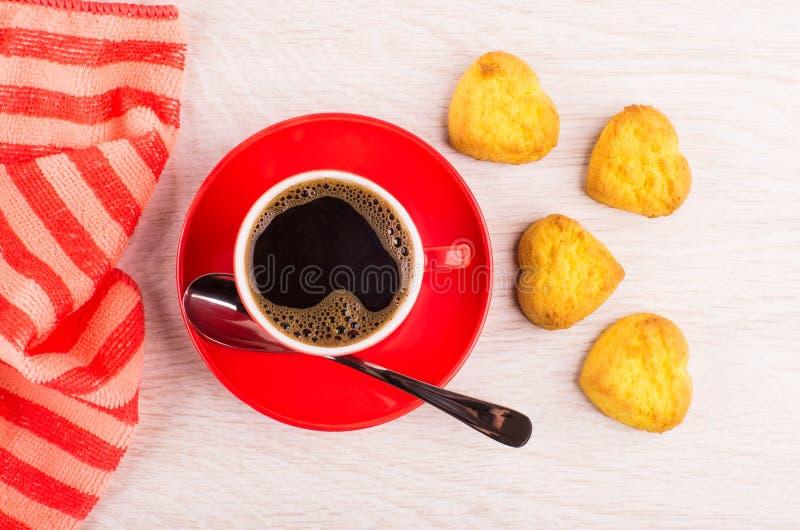 Zwarte koffie in kop, lepel op schotel, servet, koekjes royalty-vrije stock foto's