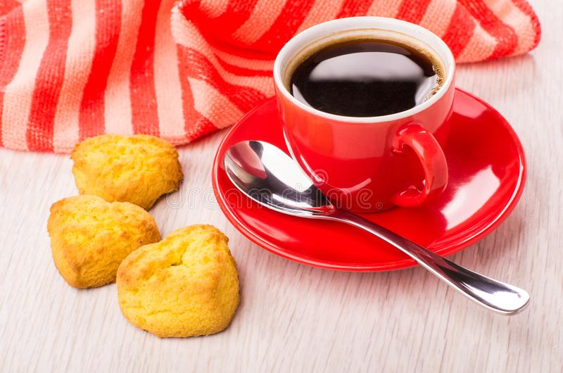 Zwarte koffie in kop, servet, lepel, koekjes in vormhart royalty-vrije stock afbeelding