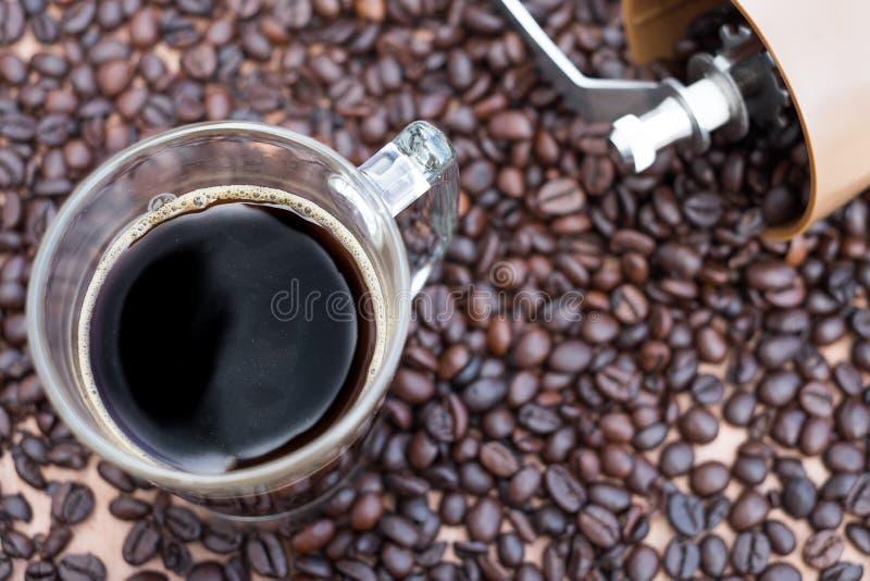 Zwarte koffie met een achtergrond van koffiebonen royalty-vrije stock foto's