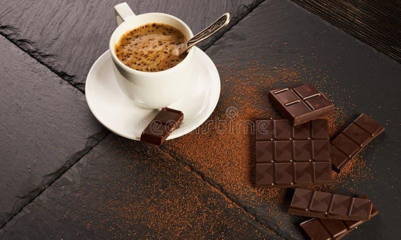 Zwarte koffie met romig schuim, chocoladestukken en cacaopoeder royalty-vrije stock afbeeldingen
