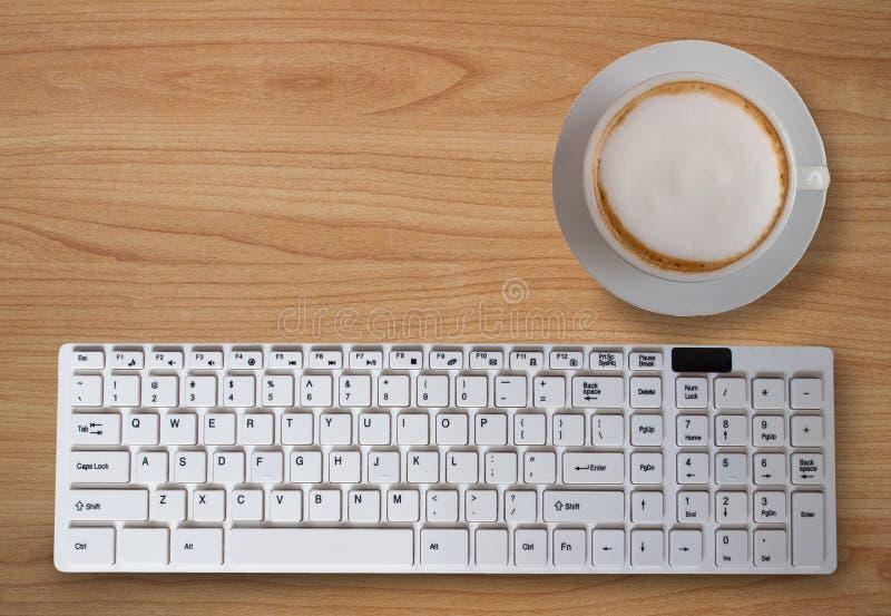 Zwarte koffie met schuim, met Computertoetsenbord op de lijst royalty-vrije stock fotografie
