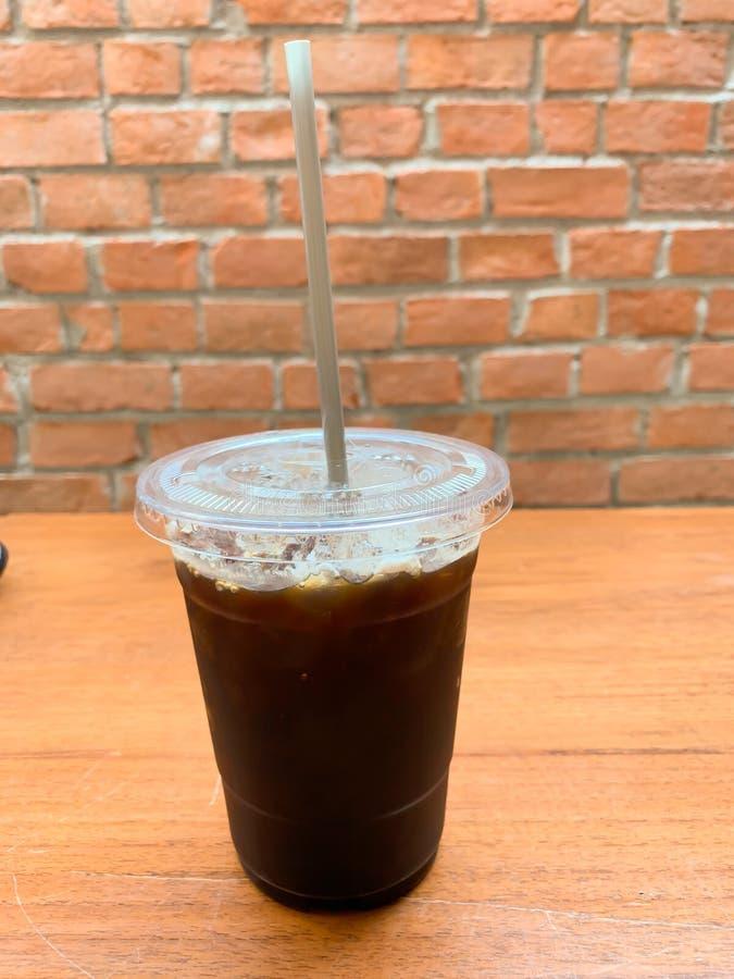 Zwarte koffie op de lijstachtergrond royalty-vrije stock afbeeldingen