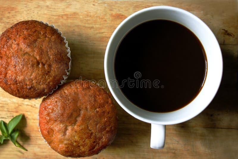 Zwarte koffie in witte glas en banaancake royalty-vrije stock foto