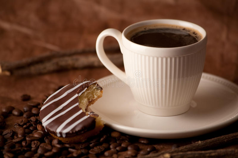 Zwarte koffie in witte kop royalty-vrije stock foto's
