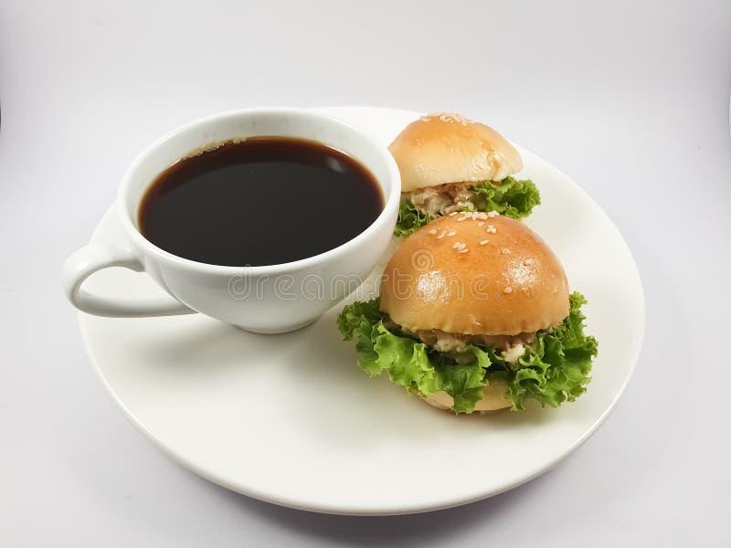 Zwarte koffie in witte kop en Tuna Sandwich stock fotografie