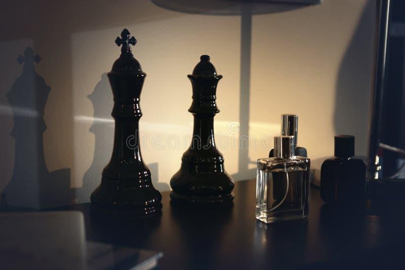 Zwarte koning en koningin en flessen stock fotografie