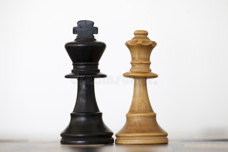 Zwarte koning en witte koningin houten schaakstukken royalty-vrije stock afbeelding