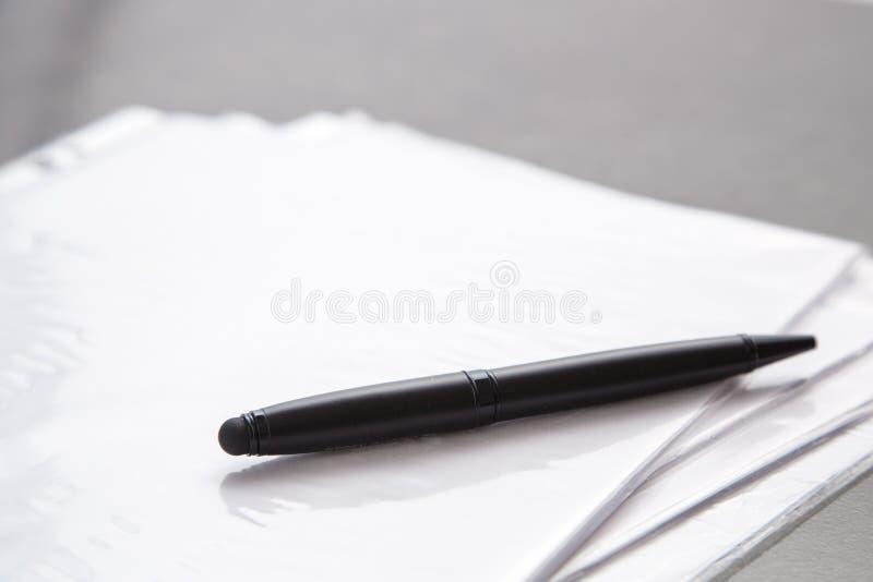 Zwarte Kop met koffie, pen en documenten op grijze marmeren achtergrond Hoogste mening stock afbeeldingen