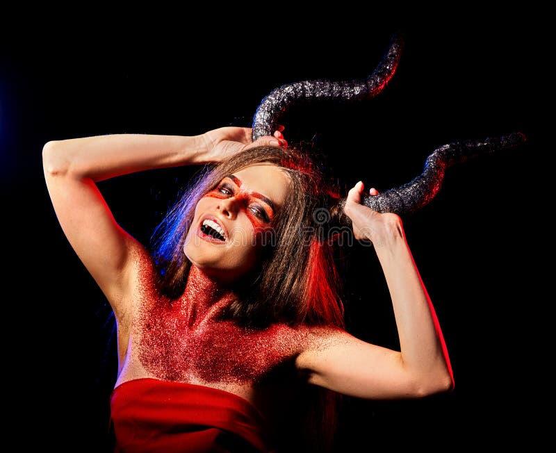 Zwarte kunst rituele gekke satan vrouw in hel op Halloween royalty-vrije stock fotografie