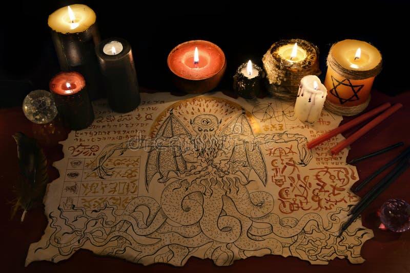 Zwarte kunstritueel met demonmanuscript en kwade kaarsen royalty-vrije stock foto