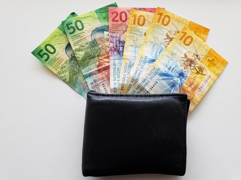 zwarte leerportefeuille en Zwitserse bankbiljetten royalty-vrije stock foto's