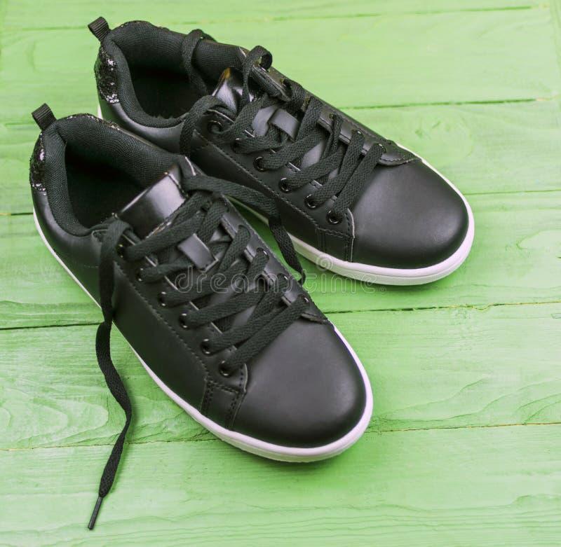 Zwarte leertennisschoenen met kant stock afbeelding