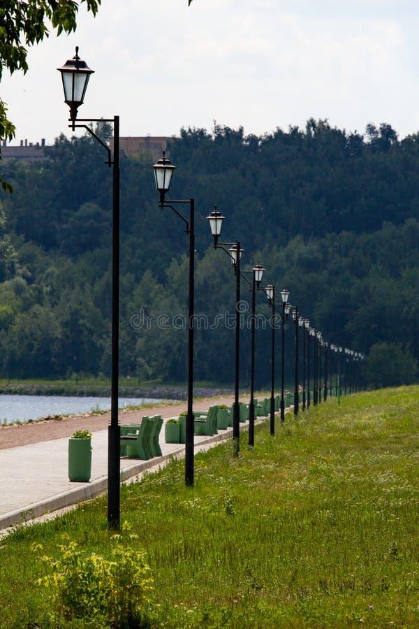 Zwarte lichten langs de waterkant in de zomer stock afbeelding