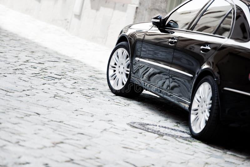 Zwarte luxeauto royalty-vrije stock afbeelding
