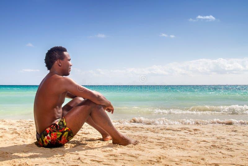 Zwarte mens bij het strand royalty-vrije stock afbeelding