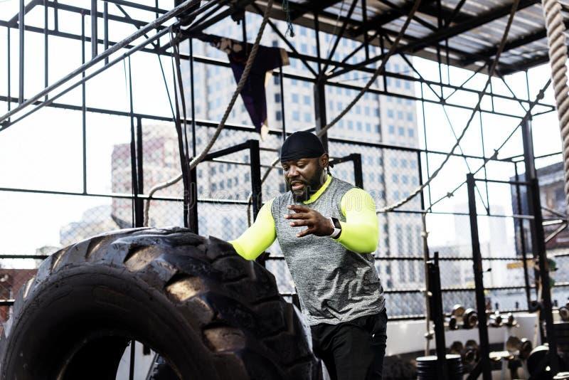 Zwarte mens die bij de gymnastiek uitoefenen royalty-vrije stock foto's