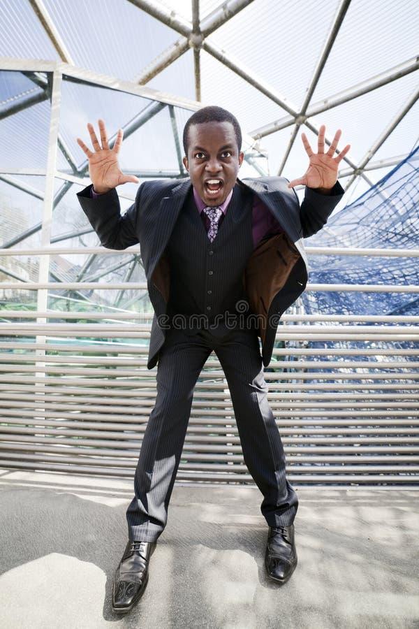 Zwarte mens die gek over bedrijfsnetwerk wordt stock foto's
