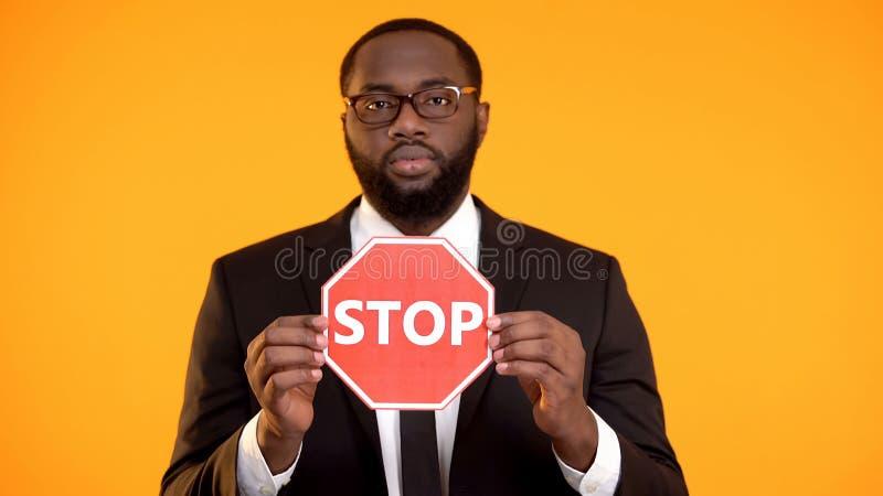 Zwarte mens in formeel kostuum die eindeteken, antiracism campagne, sociale gelijkheid tonen stock fotografie