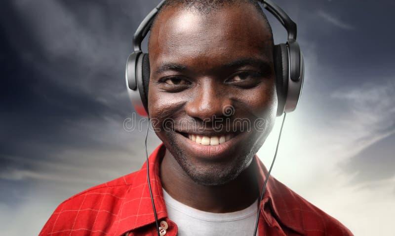Zwarte mens het luisteren muziek royalty-vrije stock foto