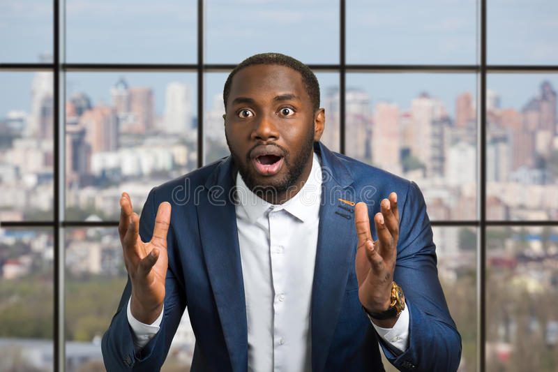 Zwarte mens met grote opwinding royalty-vrije stock fotografie