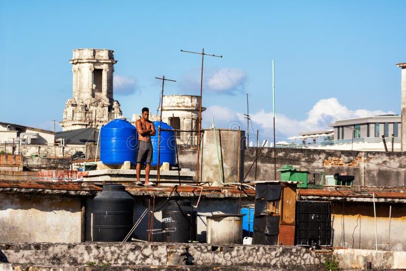 Zwarte mens onder de reservoirs op de daken van Havana stock afbeelding