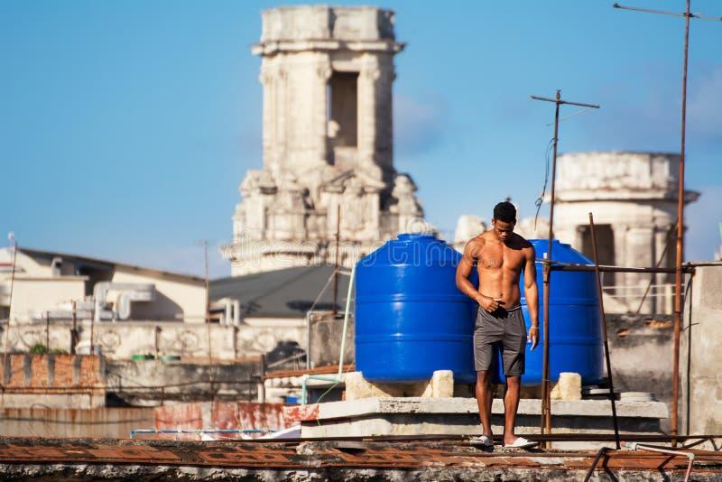 Zwarte mens onder de reservoirs op de daken van Havana royalty-vrije stock afbeeldingen